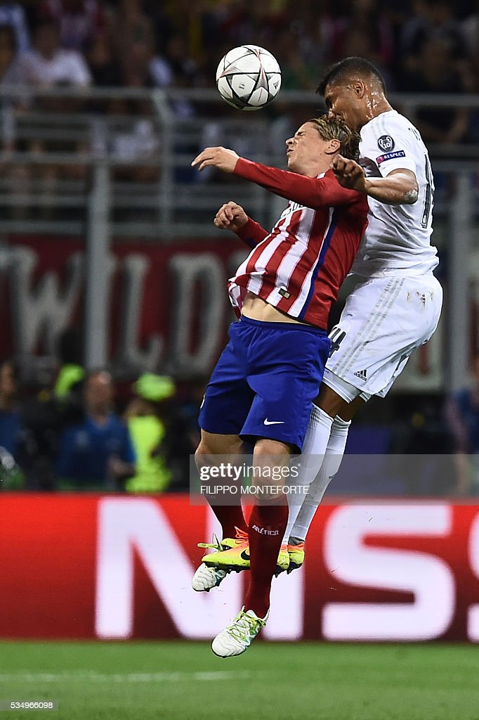 Atletico Madrid's Spanish forward Fernando Torres (L) vies with Real Madrid's Brazilian midfielder Casemiroduring the UEFA Champions League final football match between Real Madrid and Atletico Madrid at San Siro Stadium in Milan, on May 28, 2016. / AFP / FILIPPO