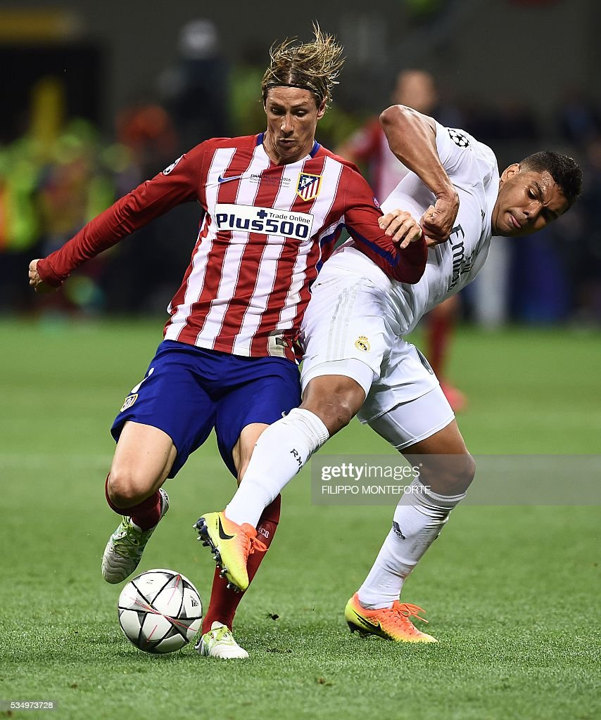 Atletico Madrid's Spanish forward Fernando Torres (L) vies with Real Madrid's Portuguese defender Pepe during the UEFA Champions League final football match between Real Madrid and Atletico Madrid at San Siro Stadium in Milan, on May 28, 2016. / AFP / FILIPPO