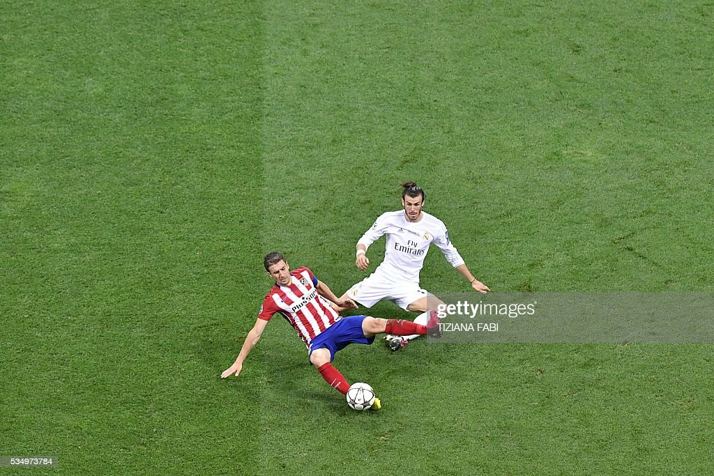 Atletico Madrid's Spanish midfielder Gabi vies for the ball against Real Madrid's Welsh forward Gareth Bale during the UEFA Champions League final football match between Real Madrid and Atletico Madrid at San Siro Stadium in Milan, on May 28, 2016. / AFP / TIZIANA