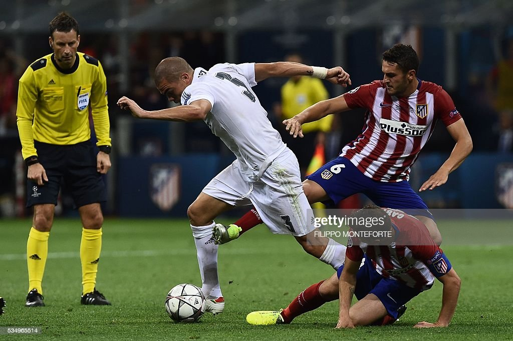 Atletico Madrid's Spanish midfielder Koke (R) vies with Real Madrid's Portuguese defender Pepe (L) during the UEFA Champions League final football match between Real Madrid and Atletico Madrid at San Siro Stadium in Milan, on May 28, 2016. / AFP / FILIPPO