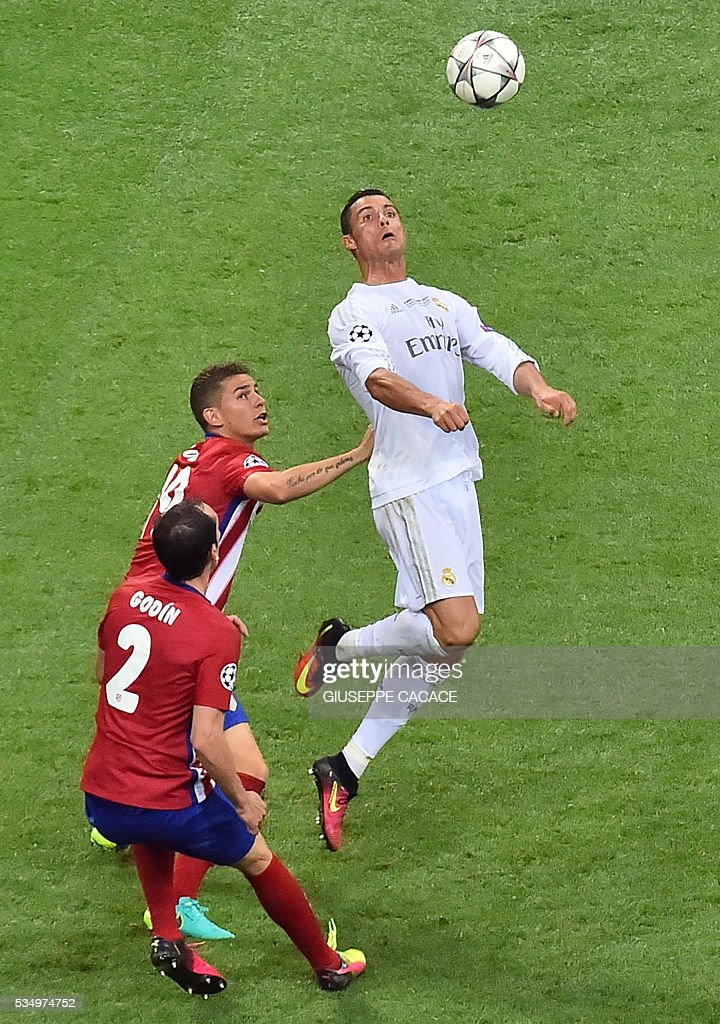 Atletico Madrid's Uruguayan defender Diego Godin and team mate Spanish midfielder Gabi vie for the ball against Real Madrid's Portuguese forward Cristiano Ronaldo (R) during the UEFA Champions League final football match between Real Madrid and Atletico Madrid at San Siro Stadium in Milan, on May 28, 2016. / AFP / GIUSEPPE