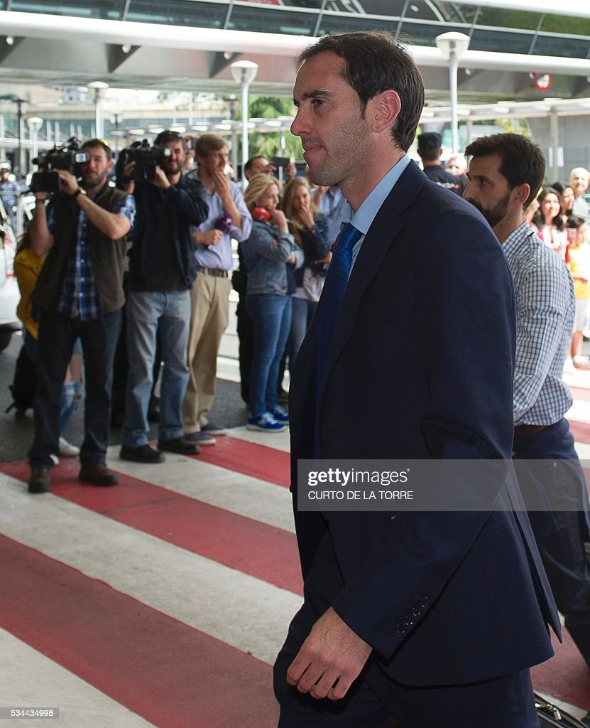 Atletico Madrid's Uruguayan defender Diego Godin arrives at the Terminal 3 of Madrid's Adolfo Suarez airport to take a flight to Milan, in Barajas on May 26, 2016. Real Madrid and Atletico de Madrid will play the Champions League final football match on May 28, 2016 in Milan. / AFP / CURTO