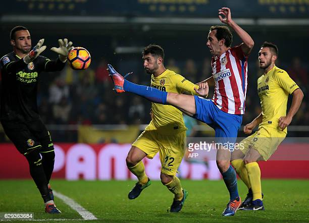 TOPSHOT CORRECTION Atletico Madrid's Uruguayan defender Diego Godin vies with Villarreal's goalkeeper Sergio Asenjo during the Spanish league...
