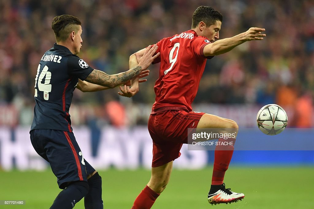 Atletico Madrid's Uruguayan defender Jose Maria Gimenez (L) and Bayern Munich's Polish striker Robert Lewandowski fight for the ball during the UEFA Champions League semi-final, second-leg football match between FC Bayern Munich and Atletico Madrid in Munich, southern Germany, on May 3, 2016. / AFP / Christof Stache