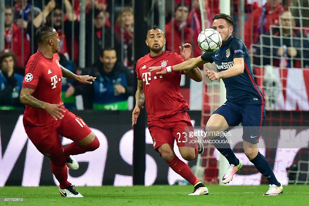 Atletico Madrid's Uruguayan defender Jose Maria Gimenez (R) vies for the ball with Bayern Munich's Chilean midfielder Arturo Vidal (C) and Bayern Munich's defender Jerome Boateng during the UEFA Champions League semi-final, second-leg football match between FC Bayern Munich and Atletico Madrid in Munich, southern Germany, on May 3, 2016. / AFP / John MACDOUGALL