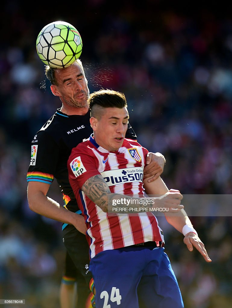 Atletico Madrid's Uruguayan defender Jose Maria Gimenez (R) vies with Rayo Vallecano's defender Antonio Amaya during the Spanish league football match Club Atletico de Madrid vs CF Rayo Vallecano at the Vicente Calderon stadium in Madrid on April 30, 2016. / AFP / PIERRE