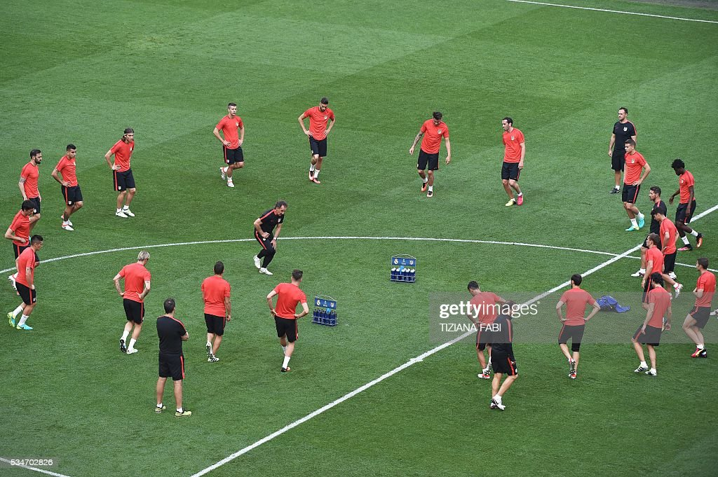 Atletico's players warm up at the start of a training session at the San Siro Stadium in Milan, on May 27, 2016, on the eve of the UEFA Champions League final foobtall match between Real Madrid and Atletico Madrid. / AFP / TIZIANA