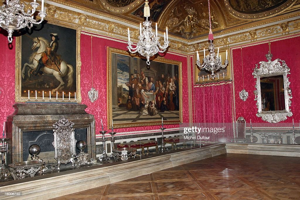excellent atmosphere as seen at the uwhen versailles was furnished in silveru quand versailles. Black Bedroom Furniture Sets. Home Design Ideas