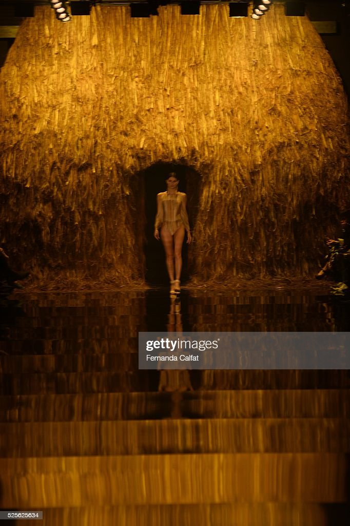 Atmosphere at Agua de Coco por Liana Thomaz Runway at SPFW Summer 2017 at Ibirapuera's Bienal Pavilion on April 28, 2016 in Sao Paulo, Brazil.