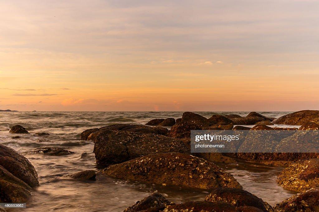 Atmosfera no nascer do sol sobre a praia : Foto de stock