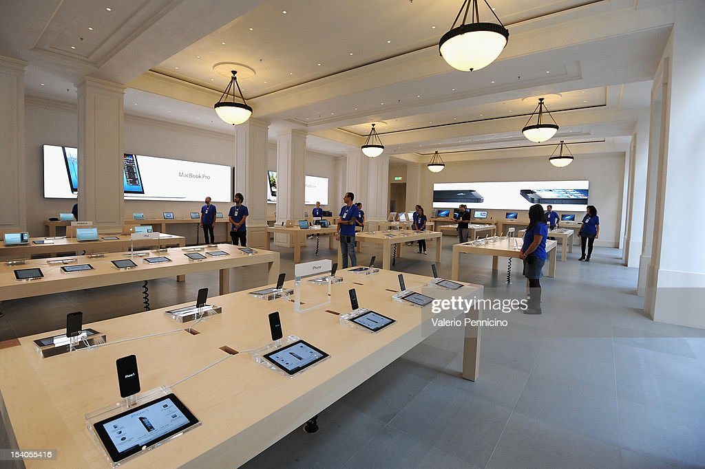 Atmosphere during the grand opening of the Apple Store on October 13, 2012 in Turin, Italy. The new store is the second Apple Store to open in Turin.