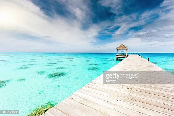 Atolón de embarcadero aguas turquesas de la Polinesia