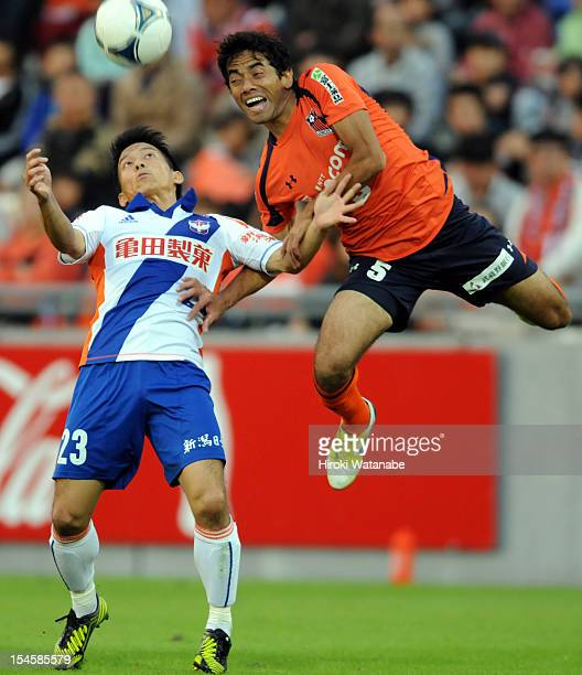 Atomu Tanaka of Albirex Niigata and Carlinhos Paraiba of Omiya Ardija compete for the ball during the JLeague match between Omiya Ardija and Albirex...