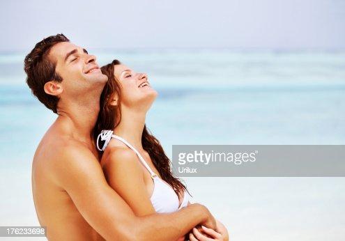 Atractive 愛するカップル一緒にビーチ