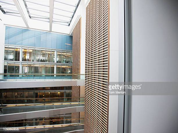 アトリウムと通路で現代的なオフィスビル