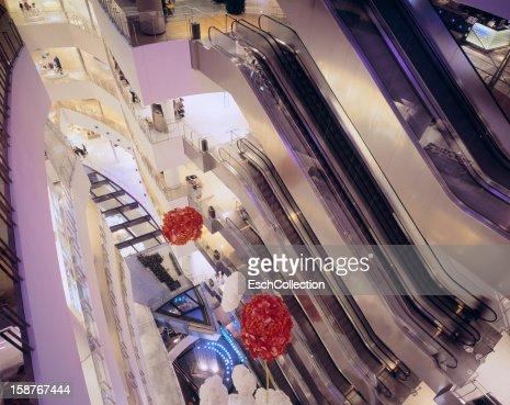 Atrium with escalators at the Cube shopping mall : Foto de stock