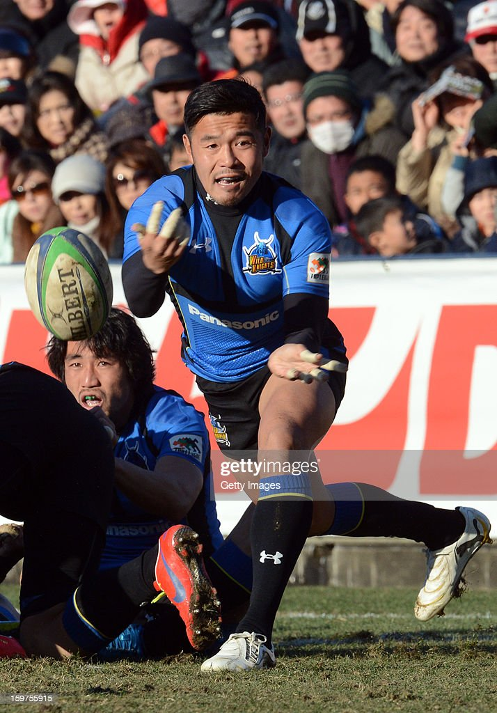 Atsushi Takayasu of Wild Knights passes the ball during the Top League Playoff semi final match between Panasonic Wild Knights and Toshiba Brave Lupus at Prince Chichibu Stadium on January 20, 2013 in Tokyo, Japan.