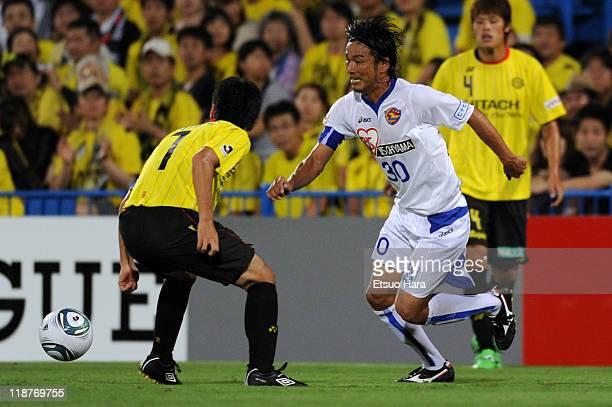 Atsushi Yanagisawa of Vegalta Sendai and Hidekazu Otani of Kashiwa Reysol compete for the ball during the JLeague match between Kashiwa Reysol and...