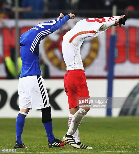 Atsuto Uchida of Schalke swaps shirts with Takumi Minamino of Salzburg at the end of the UEFA Europa League match between FC Salzburg and FC Schalke...