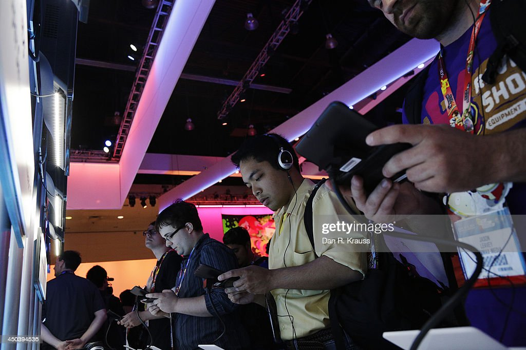 Attendees play Super Smash Bros. on Nintendo 3DS at E3 Electronic Entertainment Expo June 10, 2014 in Los Angeles, California. The annual video game conference and show runs June 10-12.