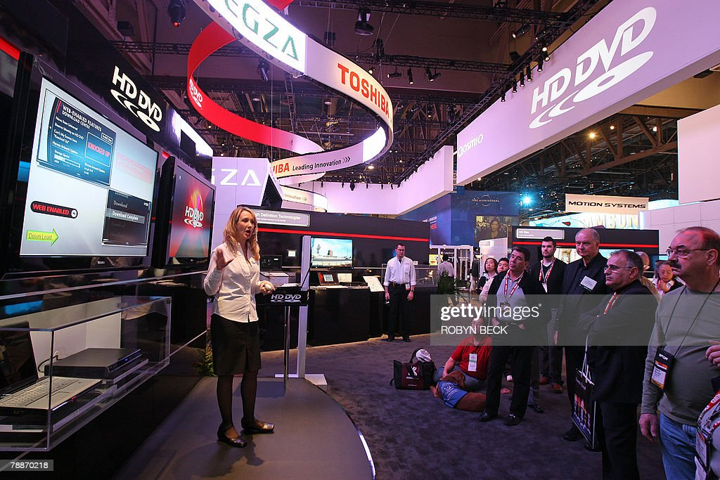 Attendees watch a presentation on HD DVD at the Toshiba booth at the 2008 Consumer Electronics Show (CES) in Las Vegas, Nevada, 09 January 2008.