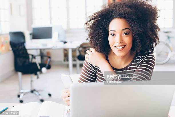 Atractiva mujer de negocios americano africano