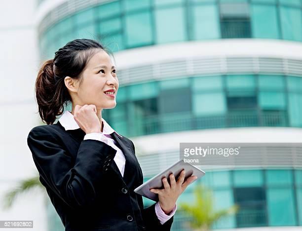 デジタルタブレットを使用して魅力的なビジネスウーマン