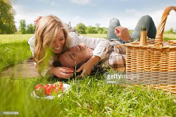 Attraktives Paar mit Picknick