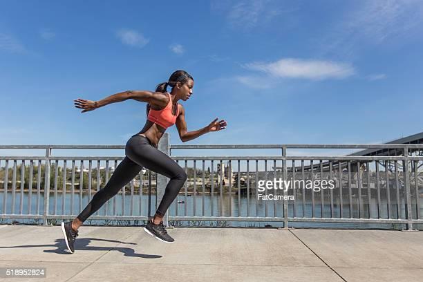 Séduisante ethnique femme athlète de la formation dans la ville