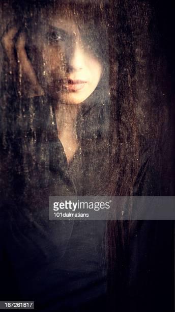 Atraente feminino por trás da janela