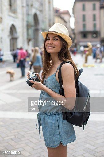 Chica atractiva tomando fotos : Foto de stock
