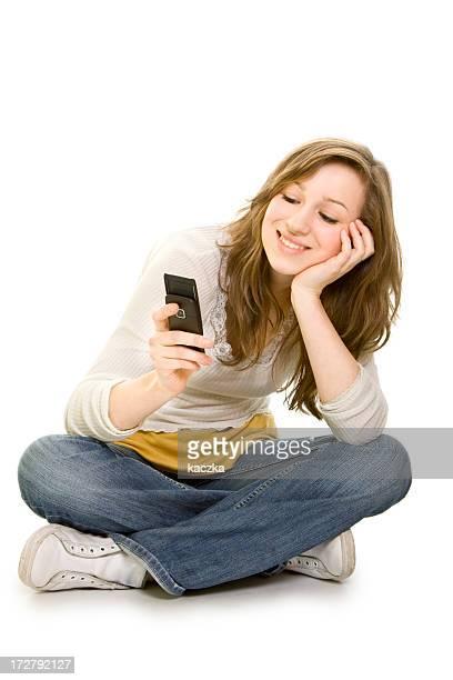 Jolie fille avec téléphone isolé sur blanc