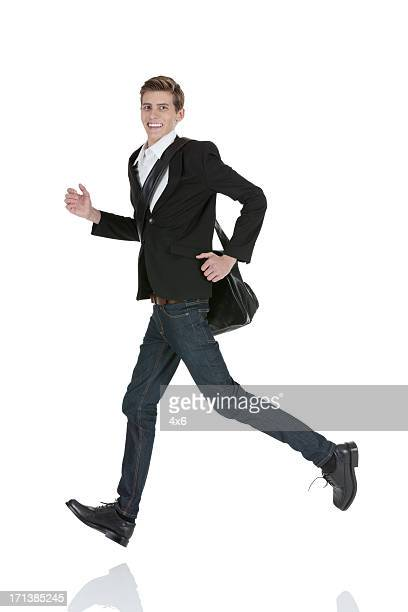 Attraente felice giovane uomo che corre