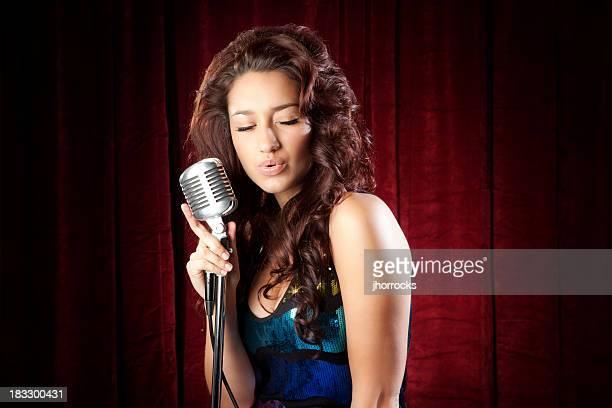 Cantante femenina hispana atractiva
