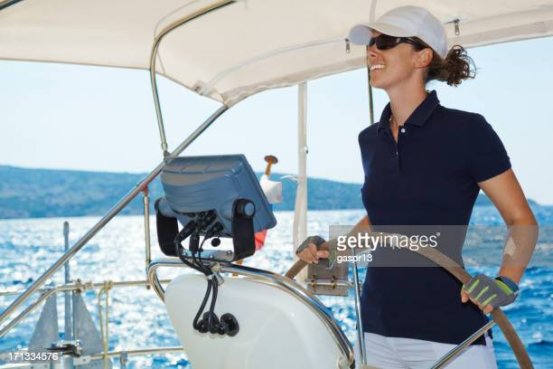 Attraktive lady driving einer yacht