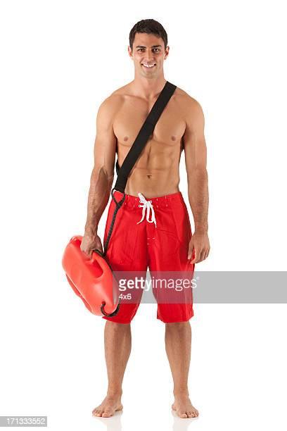 Attraktive männliche Rettungsschwimmer stehend mit einer float