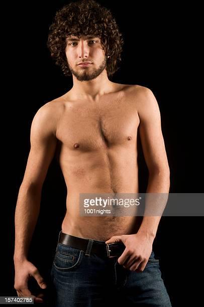 Atraentes do sexo masculino com jean