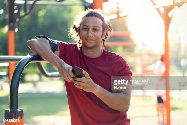 Homme séduisant Sportswear navigation sur son téléphone