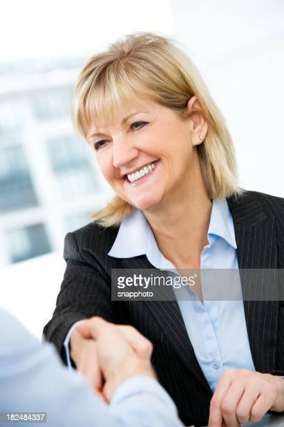 Attraktive Reife Frau beim Händeschütteln