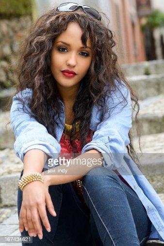 Atractiva mujer en fondo urbano mixto : Foto de stock