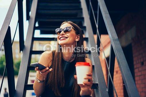 Blogger Sonriente De Atractivo Gafas Disfrutando Ocio En Sol 2E9eWDIYH