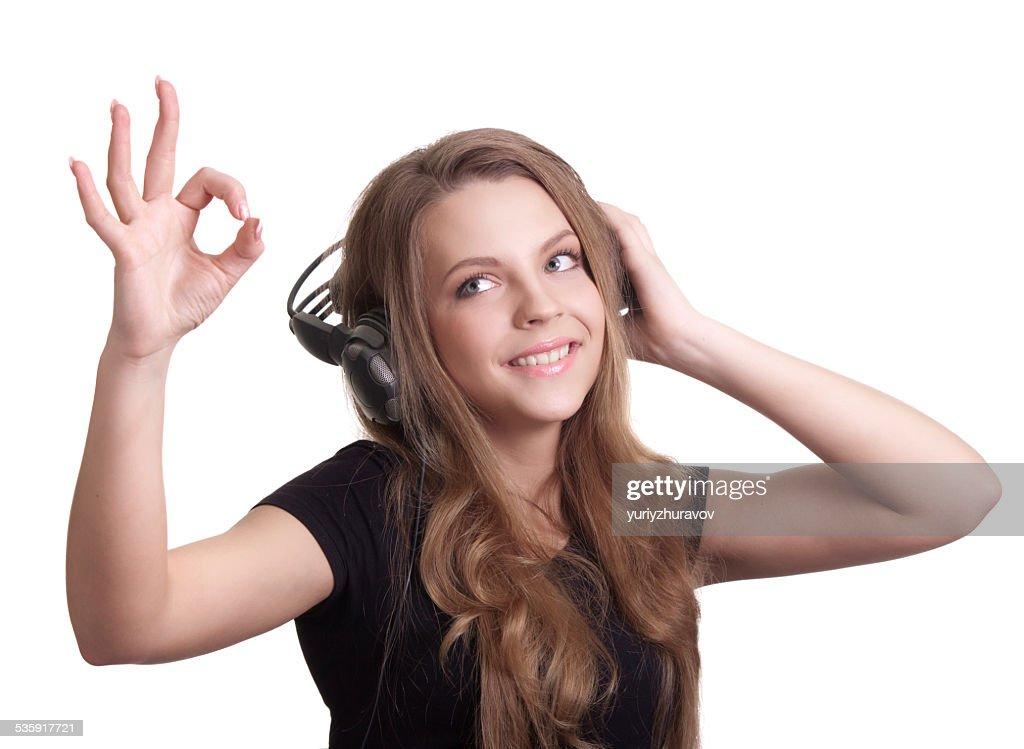 Atractiva mujer sonriente con auriculares sobre fondo blanco : Foto de stock