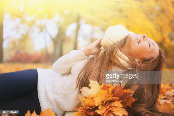 Schöne Frau im Herbst park