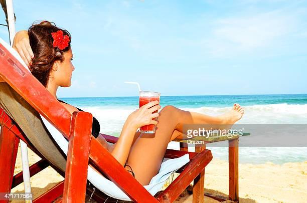 Attraktive Frau im bikini trinken cocktail am Strand im Sommer