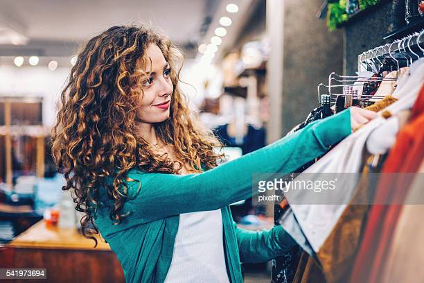 Atractiva mujer en tienda de moda