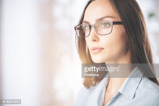 Atractiva mujer en vasos : Foto de stock