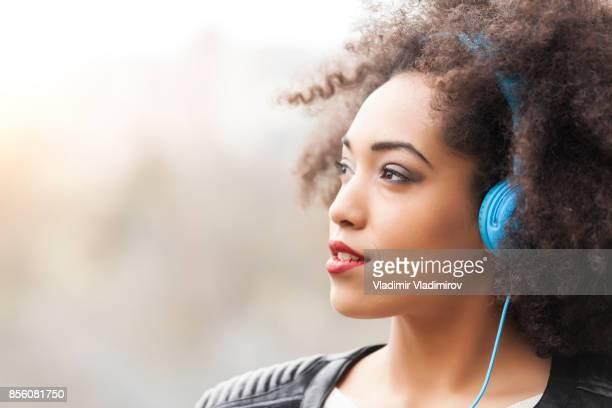 Musique écoute jolie femme