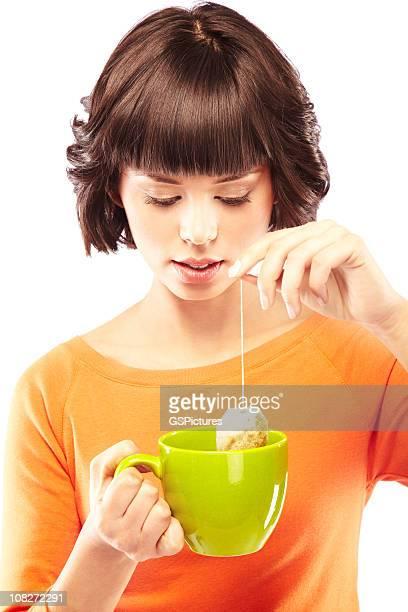 Jolie femme faire une tasse de thé vert