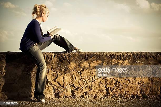 Attraktive Frau, ein Buch zu lesen