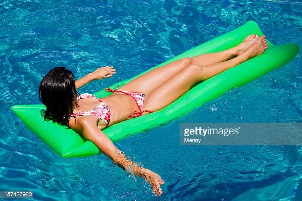 Attraente donna rilassante in Laguna Blu
